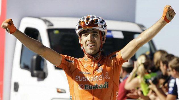 Španělský cyklista Mikel Nieve se raduje z vítězství v 16. etapě Vuelty.
