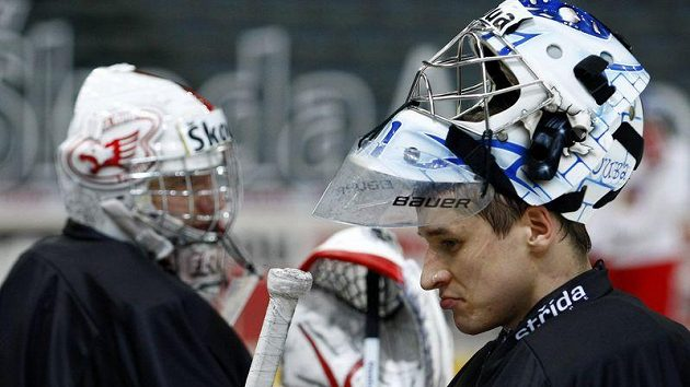 Brankáři hokejové reprezentace Jakub Štěpánek (vpravo) a Miroslav Kopřiva