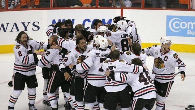 Hokejisté Chicaga oslavují triumf ve Stanley Cupu