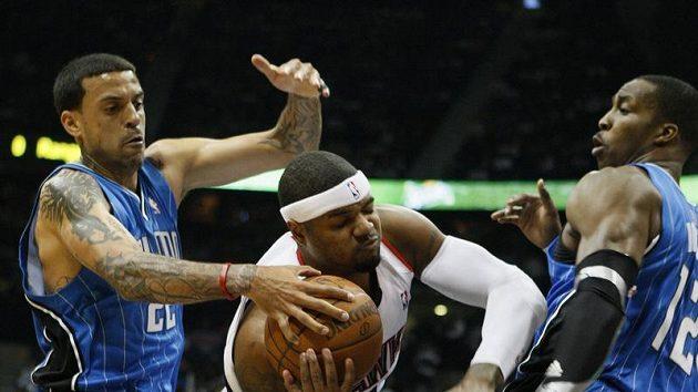Basketbalista Atlanty Josh Smith (uprostřed) se stal hrdinou zápasu.