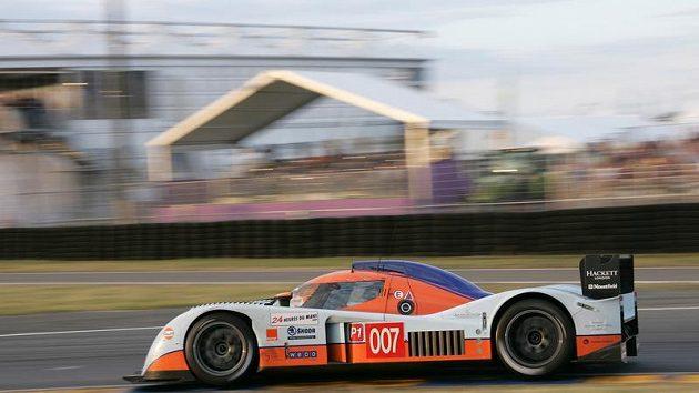 Prototyp Aston Martin posádky Charouz, Enge, Mücke během závodu 24 hodin Le Mans