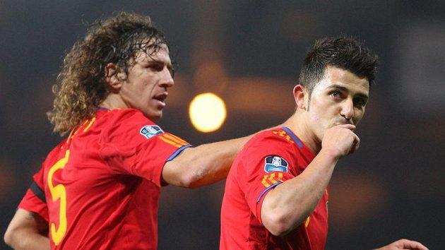 Carles Puyol (vlevo) v nominaci Španělska kvůli zranění chybí. Na Davida Villu (vpravo) si naopak česká obrana bude muset dát pozor.