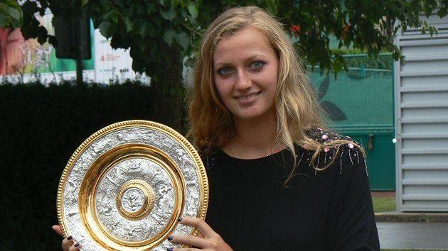 Tenistka Petra Kvitová s trofejí pro vítězku Wimbledonu 2011