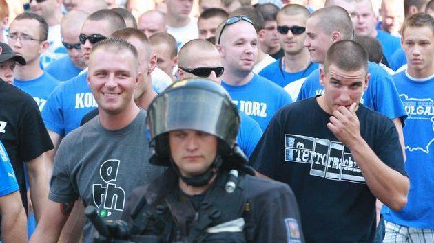Fanoušci fotbalistů Poznaně v doprovodu české policie