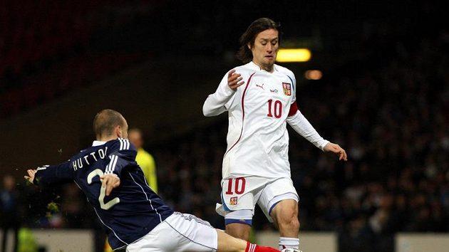 Skot Alan Hutton se snaží odebrat míč Tomáši Rosickému v přípravném utkání.