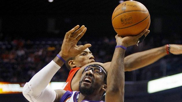 Basketbalista Phoenix Suns Amare Stoudemire střílí koš Torontu.