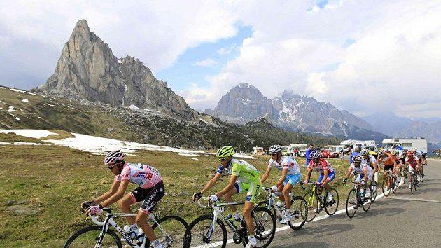 Alberto Contador táhne peloton v královské etapě Gira d´Italia.