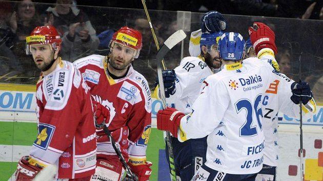 Hokejisté Vítkovic (vpravo) se radují ze vstřeleného gólu proti Třinci