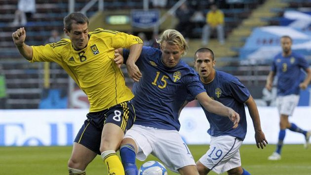 Ola Toivonen ze Švédska (vpravo) bojuje o míč z Kevinem Thomsonem ze Skotska.