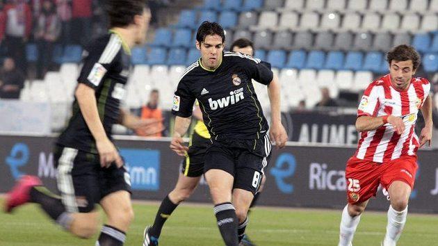 Kaká z Realu Madrid (uprostřed) střílí kolem Hernana Bernardella z Almeríi.