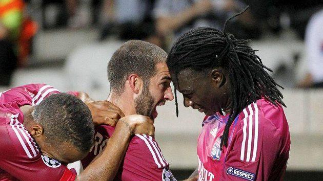 Fotbalisté Lyonu Bafetimbi Gomis (vpravo) a Lisandro Lopez (uprostřed) slaví gól do sítě Kazaně. Oba ale byli i u nepochopitelně neproměněné šance.