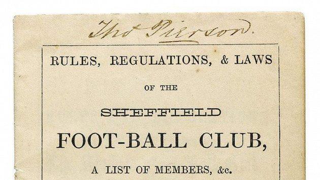 Úvodní stránka nejstarších pravidel fotbalu.