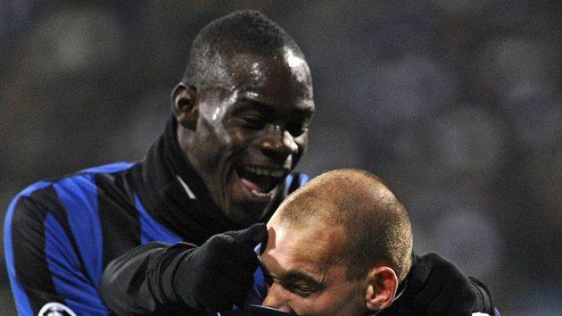 Mario Balotelli (vlevo) ještě v dresu Interu Milán. Na snímku s Wesley Sneijderem.