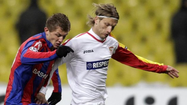 Tomáš Necid z CSKA Moskva (vlevo) v souboji se sevillským Stankeviciusem.