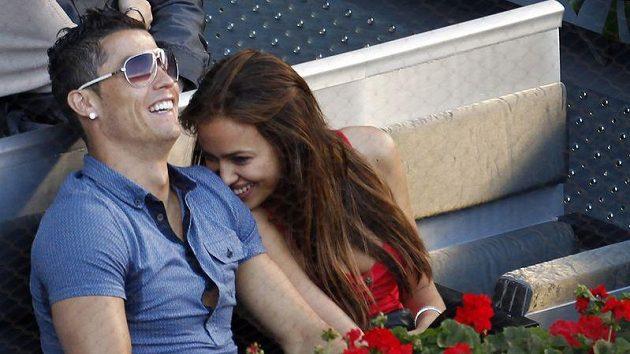 Portugalský fotbalista Cristiano Ronaldo s přítelkyní Irinou Shaykovou