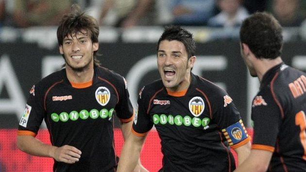 David Villa z Valencie (uprostřed) oslavuje branku.