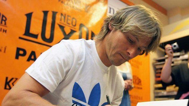 Pavel Nedvěd při autogramiádě své knihy.