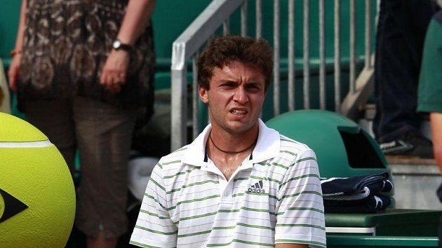 Zraněný tenista Gilles Simon čeká na lékařské ošetření při utkání s Andym Murrayem na turnaji v Monte Carlu.