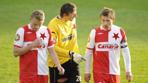 Slavisté (zleva) Petr Trapp, brankář Martin Vaniak a David Hubáček diskutují po prohraném utkání semifinále Ondrášovka Cupu v Jablonci.
