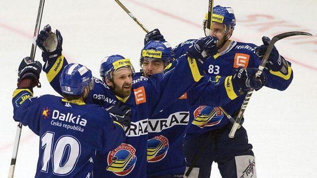 Hokejisté Vítkovic se radují z branky do českobudějovické sítě.