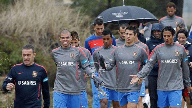 Cristiano Ronaldo (uprostřed) přichází se spoluhráči z portugalské reprezentace na trénink