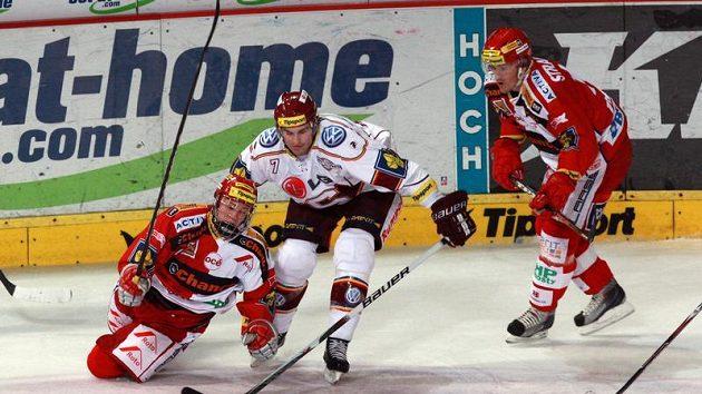 Dmitrij Jaškin (vlevo) ze Slavie bojuje o kotouč se sparťanem Yorickem Treillem.