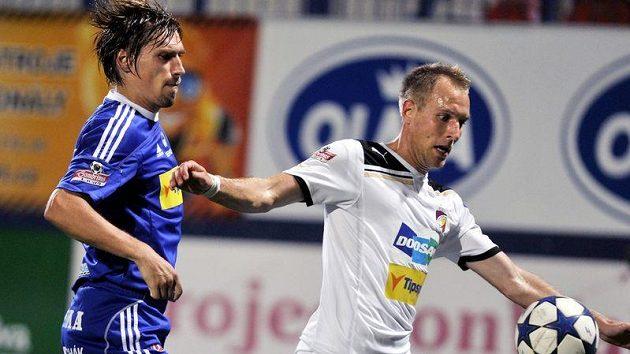 Aleš Škerle z Olomouce (vlevo) stíhá plzeňského Daniela Koláře v utkání 6. kola Gambrinus ligy.