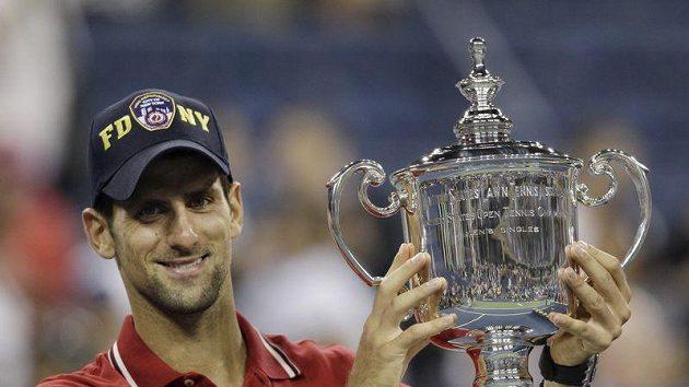 Novak Djokovič s pohárem pro vítěze US Open.