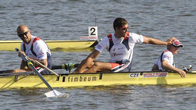 Dvojka Václav Chalupa a Jakub Makovička s kormidelníkem Oldřichem Hejduškem (zleva) během finále MS v Poznani