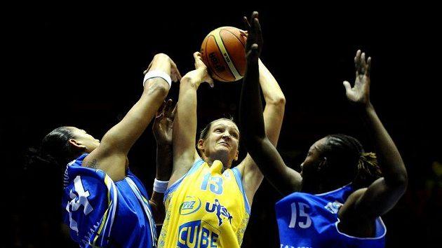 Petra Kulichová z USK Praha (uprostřed) se snaží prosadit proti basketbalistkám Salamanky.