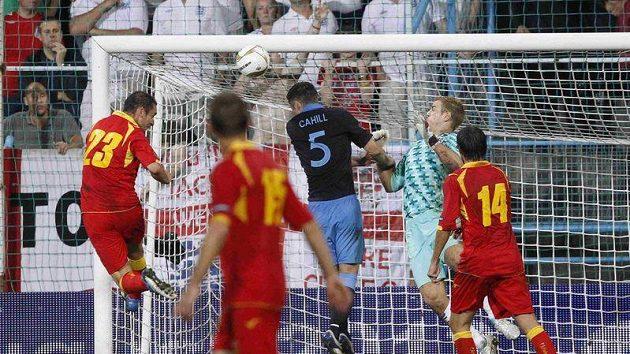 Černohorec Andrija Delibašič (vlevo) střílí gól do anglické sítě.