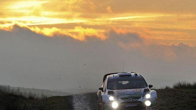 Finský pilot Jari Matti Latvala s fordem na cestě k vítězství při Britské rallye.