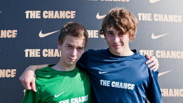 Jan Švábík (1991 - vpravo) a Martin Váňa (1993) dostali šanci a pojedou se porvat o místa ve fotbalové akademii v Londýně.