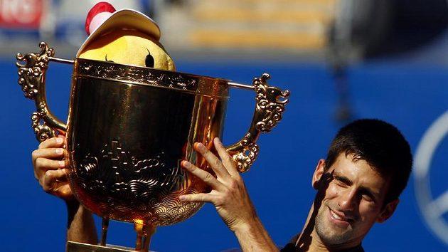 Novak Djokovic s trofejí pro vítěze turnaje China Open v Pekingu.