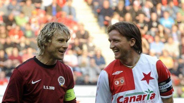 Benefiční fotbalové utkání internacionálů Slavie a Sparty, při kterém se rozloučil se svojí kariérou Vladimír Šmicer (vpravo). Na snímku vlevo je Pavel Nedvěd.