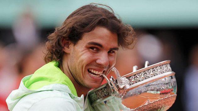 Rafael Nadal pózuje s trofejí pro vítěze French Open.