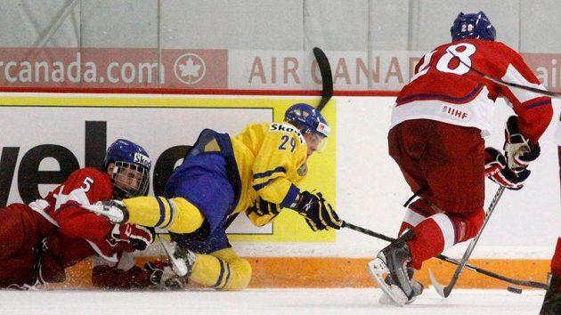 Švédského útočníka Cehlina se snaží zastavit Martin Frk (vlevo) a Bohumil Jank