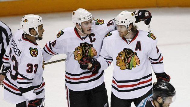 Hokejisté Chicaga (zleva) Dustin Byfuglien, Jonathan Toews, a Duncan Keith