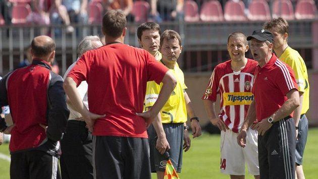 Trenér Viktorie Žižkov Ščasný (v čepičce) se rozčiluje na rozhodčí během utkání s Kladnem. Extempore asistoval i čtvrtý sudí Roman Hrubeš.