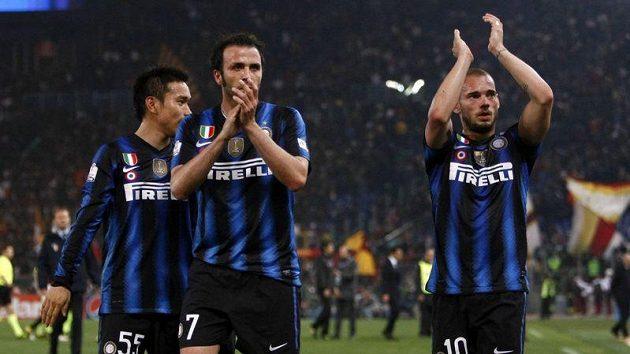 Fotbalisté Interu Milán Yuto Nagatomo (vlevo), Giampaolo Pazzini (uprostřed) a Wesley Sneijder.