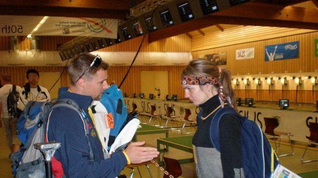 Kateřina Emmons v rozhovoru se svým manželem Mattem.