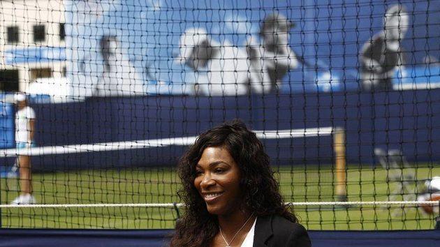 Serena Williamsová mluví s novináři během turnaje v Eastbourne.