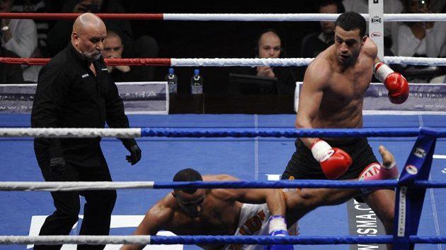 Badr Hari (vpravo) sráží Mourada Bouzidiho v zápase o mistra světa na turnaji bojových sportů It's showtime v pražské O2 Areně.