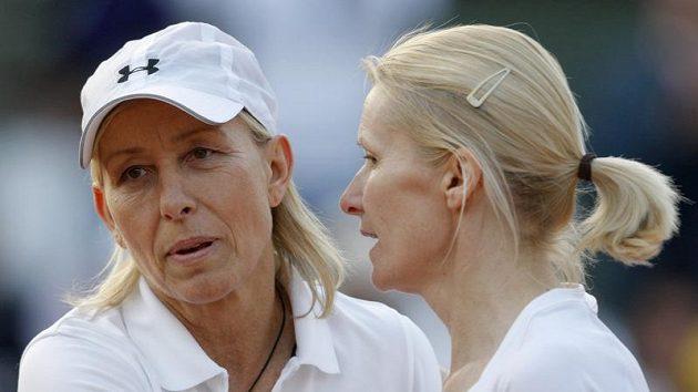Martina Navrátilová (vlevo) a Jana Novotná při zápasu legend v Paříži.