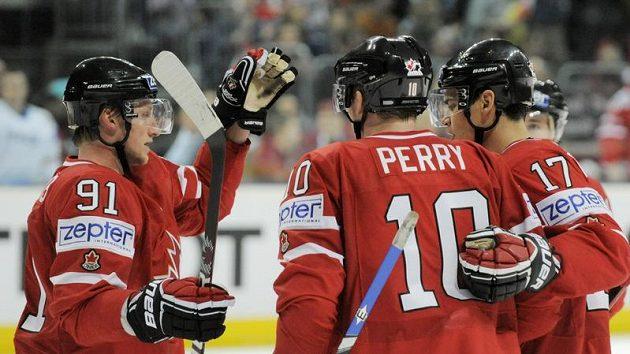 Kanadští hokejisté Steve Stamkos (vlevo), Corey Perry (uprostřed) a Rene Bourque se radují z branky.
