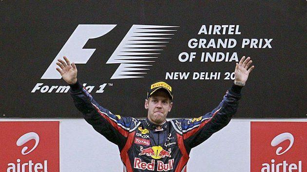 Sebastian Vettel se raduje z vítězství ve Velké ceně Indie.