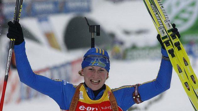 Švédská biatlonistka Helena Jonssonová se raduje z vítězství v závodě na 10 kilometrů v Hochfilzenu.