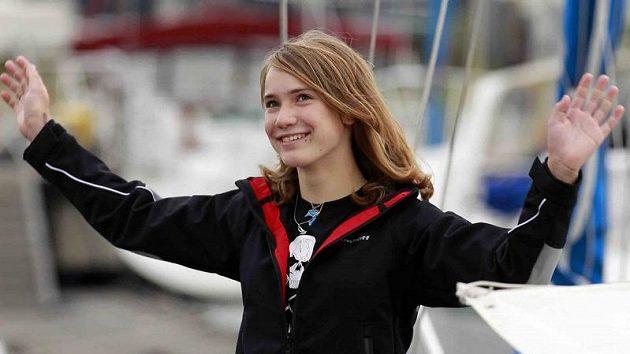 Laura Dekkerová zdraví novináře krátce před vyplutím.