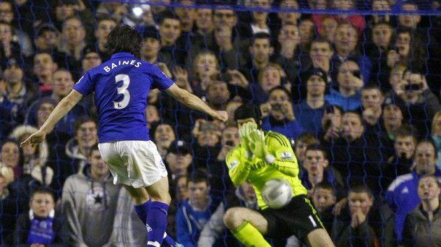 Petr Čech chytil penaltu Leightonu Bainesovi z Evertonu.