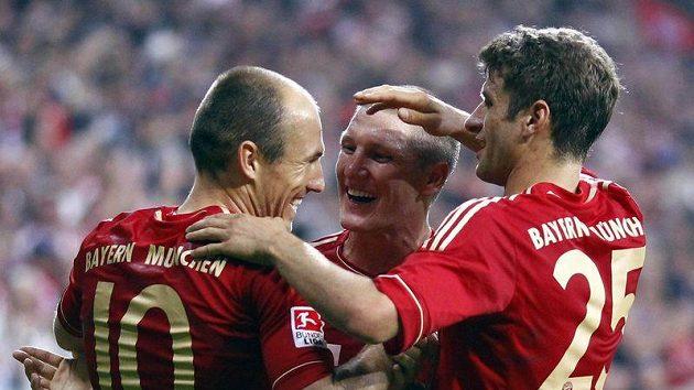 Hráči Bayernu Mnichov Arjen Robben, Bastian Schweinsteiger a Thomas Müller (zleva doprava) zatím měli v sezóně dost důvodů k radosti...